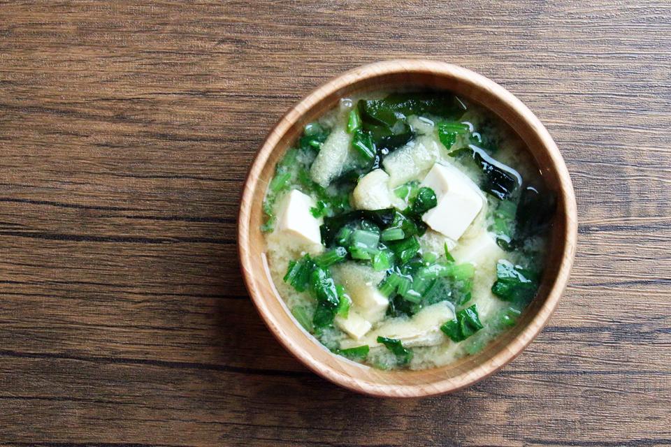 豆腐とわかめ、大根菜のお味噌汁