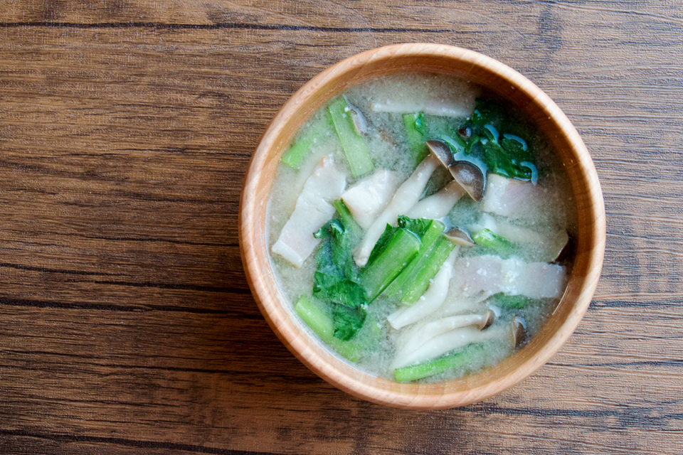 小松菜としめじ、ベーコンのお味噌汁