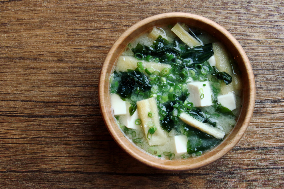 豆腐とわかめ、油揚げのお味噌汁
