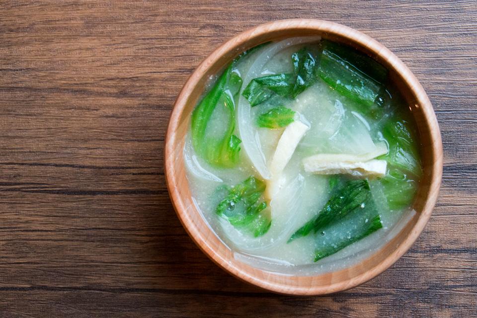 玉ねぎとレタスのお味噌汁
