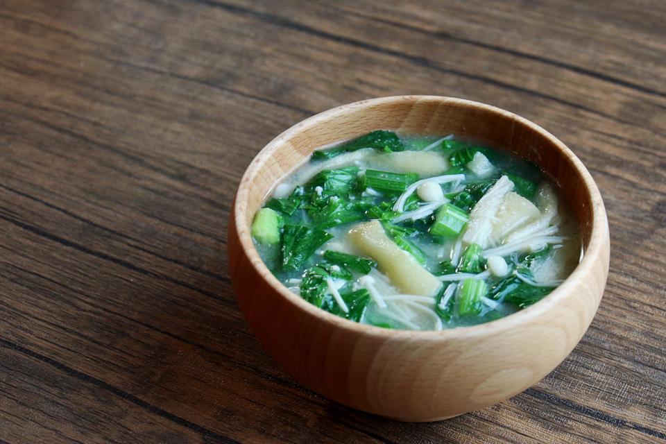セロリの葉と油揚げのお味噌汁