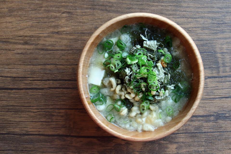 とろろ昆布と豆腐と揚げ玉(天かす)のお味噌汁