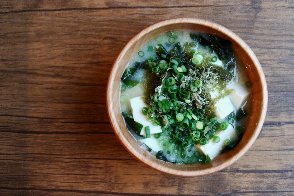 とろろ昆布と豆腐とわかめのお味噌汁