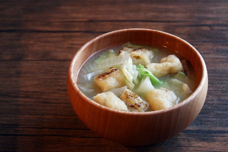 炙り油揚げと野菜のお味噌汁