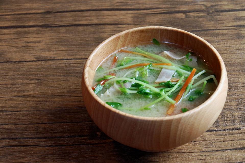 豆苗とベーコンのお味噌汁