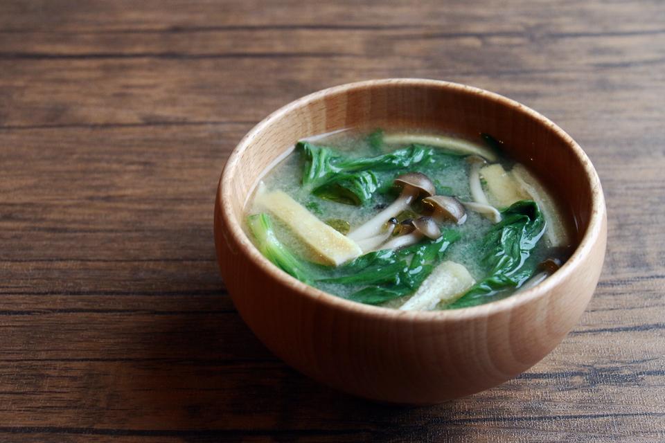 セロリの葉と油揚げ、しめじ、ごま油のお味噌汁