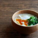 豆腐と油揚げに落とし卵のお味噌汁