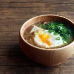 なめこと豆腐と落とし卵のお味噌汁