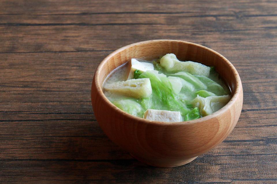 レタスと豆腐と油揚げのお味噌汁