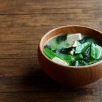 絹さやとわかめと豆腐のお味噌汁