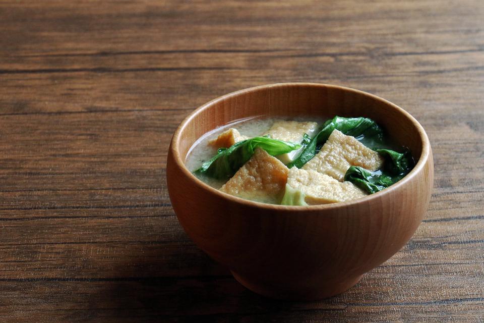 厚揚げとレタスのお味噌汁