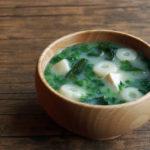 竹輪麩と大根菜、わかめのお味噌汁