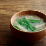 絹さやと油揚げのお味噌汁
