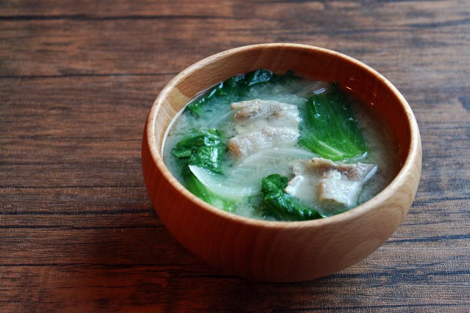 豚肉と玉ねぎ、レタスのお味噌汁