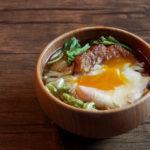キャベツと天ぷらに落とし卵のお味噌汁
