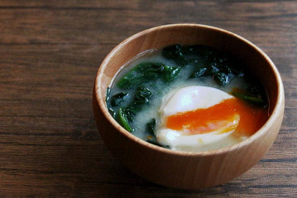 ほうれん草と落とし卵のお味噌汁