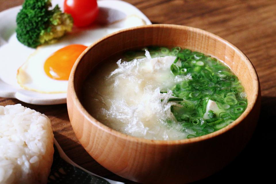 豆腐ときざみねぎ、糸寒天のお味噌汁